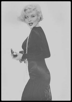 """1958 / Photos publicitaires pour le film """"Some like it hot"""", Marilyn jouant du ukulélé ou avec son collier, sous l'objectif du photographe Richard AVEDON."""