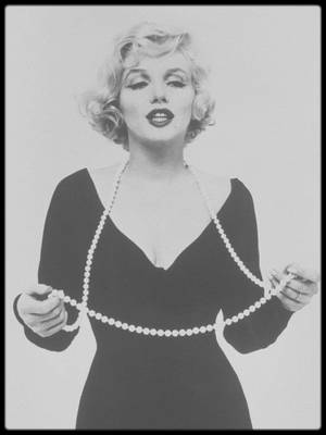 "1958 / Photos publicitaires pour le film ""Some like it hot"", Marilyn jouant du ukulélé ou avec son collier, sous l'objectif du photographe Richard AVEDON."
