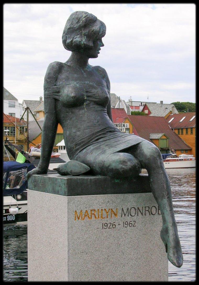 BEL HOMMAGE / Une statue en bronze de Marilyn sculptée par Nils AAS en 1994 (la seule statue au monde de Marilyn), représentée en 1962 certainement, dans le village portuaire d'Haugesund en Norvège.