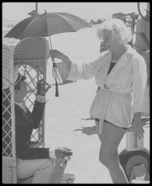 """1958 / Marilyn et Tony CURTIS sur le tournage d'une scène du film """"Some like it hot""""."""