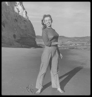1945 / En ce dimanche ensoleillé, un petit tour à la plage s'impose tout en restant couvert !...