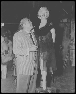 """1958 / VISITE INATTENDUE / Quand le boxeur Max BAER rend visite à Marilyn sur le tournage du film """"Some like it hot""""."""