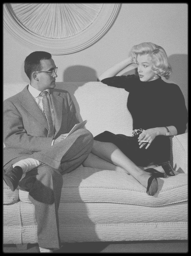 """1953 / Marilyn est interviewé par le journaliste Vernon SCOTT lors du tournage du film """"Gentlemen prefer blondes""""."""