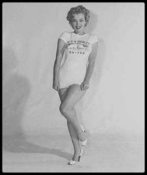 "1952 / Marilyn portant un tee-shirt du ""USS HENLEY"" (nom d'un destroyer Américain) est élue ""Miss Torpedo"" ou ""Miss Torpille"" en Français."