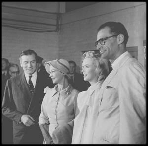 """14 Juillet 1956 / Les MILLER arrivent à l'aéroport de Londres en ce jour de fête nationale, où une foule de journalistes les attendent ainsi que Laurence OLIVIER et sa femme Vivien LEIGH, avec lequel Marilyn doit jouer dans le film """"The Prince and the showgirl""""."""