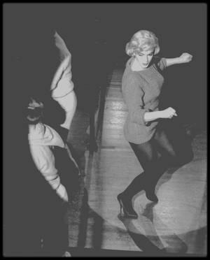 """1960 / Quand Marilyn enlève le haut dans une des scènes du film """"Let's make love"""" où elle chante la chanson """"My heart belongs to daddy""""."""
