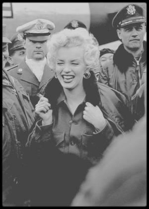 1954 / NOUVELLES PHOTOS de Marilyn en visite des divers camps de G.I.'s lors de son séjour en Corée.