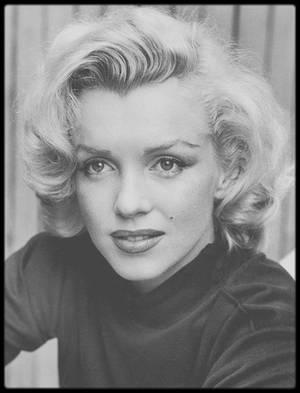 1953 / Marilyn posant pour le photographe Alfred EISENSTAEDT dans le patio de son appartement sur Doheny drive, Los-Angeles.