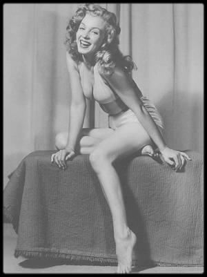 """1946-49 / (Part II) Young Marilyn par Earl MORAN / Marilyn posa beaucoup pour lui au début de sa carrière de modèle. Elle avait besoin d'argent, et celui-ci était l'un des plus grands dessinateurs de jolies filles aux USA. Entre 1946 et 1949, il la paya 10 $ par heure pour la prendre en photo, souvent peu vêtue. Ces clichés lui servaient ensuite pour réaliser des dessins au fusain et à la craie, dont certains furent utilisés entre autres pour le fameux calendrier de la société """"Brown et Bigelow""""."""