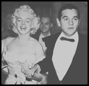 """9 Mars 1955 / NOUVEAUX INSTANTANES (pas de très bonnes qualités, mais le visuel reste correct) / C'est accompagnée de Milton GREENE que Marilyn se rend à la Première du film """"East of Eden""""."""