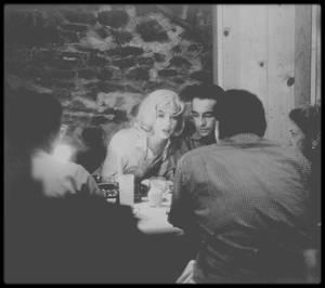 """1960 / Le vendredi 8 janvier : l'agent de Marilyn à la MCA, George CHASIN, appela Lew SCHREIBER, (un des directeurs de la Fox) pour lui annoncer que Marilyn ne reprendrait le travail que dans dix jours (elle tourne alors """"Let's make love""""). Il avait eu une longue conversation avec elle durant laquelle elle avait promis de se présenter à l'heure et de travailler correctement. En démarrant le tournage le 18 janvier, on aurait terminé le tournage le 25 mars, si tout allait bien. Autrement dit, Marilyn passerait directement du tournage de « Let's Make Love » à celui de « The Misfits ». Dans son état actuel on avait du mal à l'imaginer, mais techniquement c'était possible. MILLER quant à lui, était impatient d'aboutir sur son projet. Le studio lui demanda une nouvelle série de révisions du scénario de « Let's Make Love », moyennant 7 000 $ de plus. En même temps, il était censé raccourcir le scénario de « The Misfits ». Le lundi 11 janvier : John HUSTON informa Frank TAYLOR, ami et éditeur de MILLER, chargé de la production de  « The Misfits », qu'il essayait de pratiquer des coupures du scénario de son côté, espérant qu'en unissant leurs efforts, ils arriveraient à réduire la longueur du scénario. John HUSTON était immobilisé suite à un accident de cheval, au cours duquel il s'était blessé au genou. Proposant de joindre l'utile à l'agréable, HUSTON invita MILLER et Frank TAYLOR à le rejoindre en Irlande. MILLER réserva son billet d'avion pour le 3 ou 4 février."""