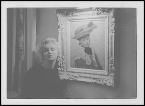 """1956 / Le film """"Bus stop"""" étant bouclé, Marilyn et le réalisateur Joshua LOGAN, sont invités à dîner chez William GOETZ (l'un des fondateurs de la 20th Century Fox), le réalisateur et les acteurs du film se retrouvent dans la superbe demeure hollywoodienne -à Beverly Hills- de cet homme richissime qui possédait de nombreuses et prestigieuses ½uvres d'art (dont """"La petite danseuse de quatorze ans"""" de DEGAS""""). LOGAN décida de photographier Marilyn aux côtés de certaines de ces ½uvres."""