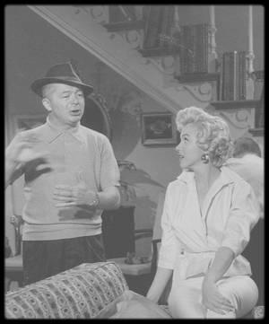 """1954 / Sur le tournage d'une scène du film """"The seven year itch"""", notamment avec Billy WILDER le réalisateur et Tom EWELL, partenaire masculin de Marilyn dans le film."""