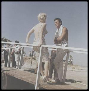 """1958 / Marilyn sur le tournage du film """"Some like it hot"""" aux côtés de Tony CURTIS ou de Billy WILDER."""