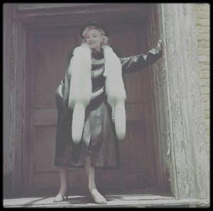 1954 / Sous l'objectif de Milton GREENE, Marilyn en Cadillac dans les studios de la Fox.