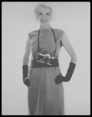 1962 / Marilyn by Bert STERN. On remarquera que sa mèche est coiffée du côté gauche.