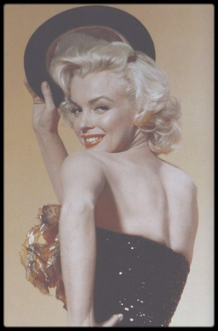 """1953 / Lorelei et Dorothy posant pour des photos publicitaires du film """"Gentlemen prefer blondes""""."""