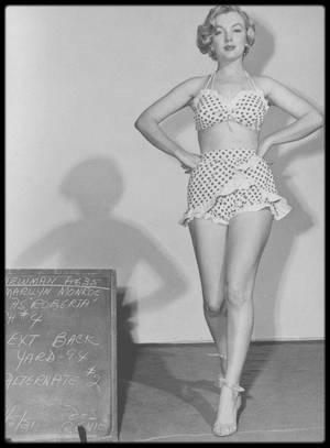 """1951 / Marilyn en maillot à pois lors du tournage du film """"Love nest""""."""