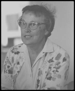 """DANS L'OMBRE DE MARILYN / Eunice MURRAY, sa dernière gouvernante ; Dans son autobiographie elle déclara que GREENSON l'envoyait chez des gens « sérieusement malades, souffrant de dépression ou de schizophrénie, ou chez d'autres, comme Marilyn, qui avaient souffert d'expériences traumatiques et avaient simplement besoin d'aide ». L'opinion la plus répandue est qu'Eunice espionnait Marilyn pour le compte du Dr GREENSON : elle lui rapportait tout ce qu'elle voyait et entendait chez ses patients. Selon Philippe LACLAIR, le gendre d'Eunice : « Elle faisait cela pour de l'argent. Sa situation était difficile après le départ de son mari - elle n'avait aucune formation d'infirmière, ni même fait d'études secondaires - mais elle était gentille et devint un atout majeur pour GREENSON. Elle a toujours suivi fidèlement ses ordres ». En novembre 1961 sur la recommandation de GREENSON, Marilyn l'embauche ; elle lui servit de gouvernante, dame de compagnie, chauffeur, nurse et intendante; Marilyn habitait alors sur Doheny Drive. En février 1962 elle trouva la maison du 5th Helena Drive pour Marilyn, et continua à lui servir de gouvernante. Marilyn acheta cette maison car elle ressemblait à la demeure de style espagnol du Dr GREENSON. Elle accompagna Marilyn au Mexique. Elle en profita pour rendre visite à son beau-frère, Churchill MURRAY, qui vivait à Mexico. A son retour du Mexique, Marilyn habita une semaine chez les GREENSON en attendant que sa maison soit prête. En mai 1962 l'entourage de Marilyn fut soulagé d'apprendre que, GREENSON étant parti en voyage pour cinq semaines, Marilyn renvoya Eunice. Mais à son retour de New York, où elle avait chanté pour John KENNEDY au """"Madison Square Garden"""", Marilyn trouva Eunice chez elle. Celle-ci prétendit que son renvoi n'était pas définitif, mais uniquement pour la durée du voyage de Marilyn à New York. Marilyn avait projeté de faire un voyage en Europe à partir du 6 août 1962, avec sa soeur et son beau-frère; elle en aurait prévenu Ma"""