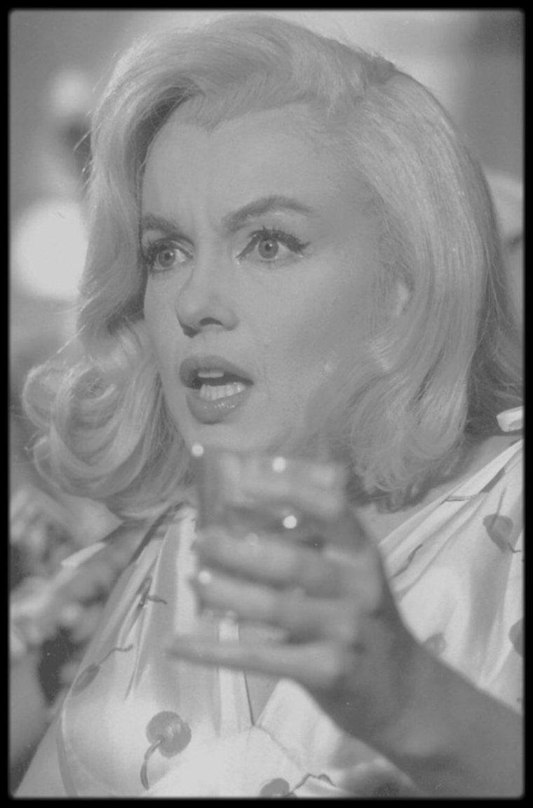 """1960 / Marilyn jouant au jokari dans une des scènes du film """"The misfits"""" (Part II) (Photos dédiées à mon amie Simona)."""