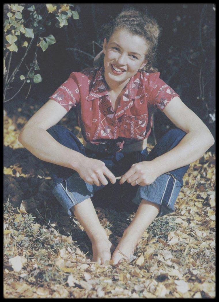 1945 / Norma Jeane by Andre DE DIENES.