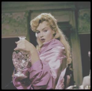 """1956 / """"The Prince and the showgirl"""" / SYNOPSIS / Marilyn incarne Elsie MARINA, danseuse dans le cabaret """"Coconut Girl"""", dans un quartier de Londres. La famille royale de Carpathie vient d'arriver en Angleterre pour célébrer le couronnement du roi George V.  Pour se distraire le temps d'une soirée, le Grand-Duc Charles rencontre cette américaine et s'émoustille à la vue d'une bretelle qui lâche sur la blanche et ronde poitrine d'Elsie. Il décide de l'inviter pour un souper dans ses appartements et pousser plus en avant quelques entreprises coquines. Toutefois, Elsie n'est pas dupe. Elle boit vodka et champagne, fait des entorses au protocole, pourtant son esprit vif se rebiffe en rejetant les avances du régent ! Ce dernier, habitué à dominer son petit monde, voit rouge, s'esclaffe et s'époumonne... non vraiment, cette petite américaine le déconcerte et ça ne l'enchante guère. Malgré cela, suivant les doux aléas du scénario aux gentils rebondissements, Elsie s'installe dans cette ambassade, opine du chef face au français impeccable de la reine mère, prétend connaître une certaine Sarah BERNHARDT, surprend le fils du régent en conversation téléphonique suspicieuse, mais jamais elle ne se départit de son humour ni de sa fraîcheur qui vont permettre de dérider le caractère autoritaire et intempestif du Grand-Duc !..."""