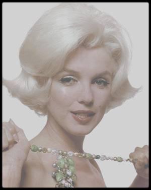 """NEWS / """"Marilyn, la dernière séance"""". Découvrez l'exposition de photos de l'actrice à partir du 8 juin, au """"DS World Paris"""". Le constructeur français DS rendra hommage à Marilyn MONROE dans son showroom """"DS World Paris"""", du 8 juin 2017 au 6 janvier 2018. Vous pourrez découvrir une exposition de 59 clichés de la star. Il s'agit de l'ultime séance photographique réalisée par le célèbre photographe Bert STERN, un mois avant la mort de l'actrice. """"En 1962, contre toute attente, elle accepte une séance photos avec Bert STERN pour la rédaction de """"Vogue"""". Marilyn va poser deux jours et une nuit, et s'abandonner, une toute dernière fois, à l'objectif d'un photographe"""", explique DS dans son communiqué. Cette séance photos est connue comme étant """"la dernière séance"""".  """"Cette exposition de Marilyn au """"DS World Paris"""", c'est une façon pour nous d'entretenir le mythe de cette femme d'exception, en avance sur son temps. C'est également une belle occasion de conjuguer l'intemporalité de cette artiste, devenue icône, à l'avant-garde des modèles actuels de la collection DS. Des voitures qui ne ressemblent à aucune autre avec leur style remarquable, leur raffinement dans les moindres détails..."""", annonce Julien FAUX, directeur du """"DS World Paris"""". DS mise sur l'art / Rappelons que DS a pris l'habitude d'organiser différents événements artistiques dans son showroom situé 33 rue François 1er, à Paris. On se souvient de l'exposition """"Les Parisiennes en DS"""" de BAUDOUIN ou encore de la venue du """"Studio Harcourt""""."""