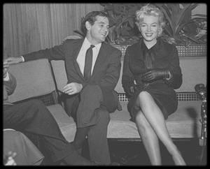 """27 Février 1956 / De retour à Hollywood, accompagnée de Milton GREENE, Marilyn assaillie par les journalistes, se verra donner une conférence de presse au sein même de l'aéroport, afin d'annoncer sa nouvelle collaboration avec le metteur en scène Joshua LOGAN, pour son prochain film """"Bus stop""""."""