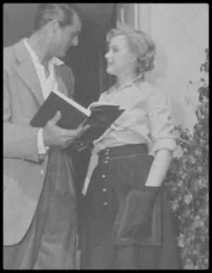"""Marilyn écrivait beaucoup ? Elle écrivait presque tous les jours : des textes intimes consignés dans des carnets épars dont une petite partie seulement sera dévoilée. La plupart de ces écrits ont été raflés par le FBI après sa mort et on en a perdu la trace. Il s'agissait de faire disparaître tout ce qui pouvait témoigner de sa liaison avec les frères KENNEDY. Marilyn adressait aussi d'innombrables petits mots et des poèmes à ses amis. Il n'était pas rare qu'après avoir passé la nuit à bavarder avec l'un d'entre eux, elle lui fasse parvenir un poème au matin. Ce sont des textes assez froids, sans pathos, qui ont une vraie qualité littéraire. Marilyn avait une plume de poète et un certain talent de scénariste. Pour s'en convaincre, il n'y a qu'à lire la lettre qu'elle adresse à l'un de ses psychanalystes, Ralph GREENSON, de l'hôpital psychiatrique new-yorkais où elle est hospitalisée. Tout y est: les couloirs, les cris des malades, les maltraitances. Elle savait faire voir les choses en les racontant mais jamais elle ne s'est autorisée à assumer cela pleinement. Peut-être parce qu'elle était complexée intellectuellement et socialement. Elle n'avait pas suffisamment de souffle pour écrire de longs récits mais peu importe: c'est comme ça qu'elle respirait.  Dans votre roman, vous évoquez une autre de ses passions: la lecture. Chez elle, il y avait plein de bouquins. Elle en commençait un et, avant de l'avoir terminé, se jetait sur un autre avec l'appétit de ceux qui n'ont pas eu accès aux livres dans leur enfance. Elle lisait KAFKA, DOSTOÏEVSKI, RILKE ou JOYCE. Dans la longue lettre envoyée à son psychanalyste, elle raconte qu'elle garde toujours auprès d'elle un portrait de FREUD et que """"L'Interprétation des rêves"""" a été pour elle une révélation. A New York, elle côtoyait plus volontiers des écrivains (Truman CAPOTE, Carson McCULLERS) que des gens de cinéma. Ces amitiés étaient connues. Une célèbre photo volée la montre lisant """"Ulysse"""", de JOYCE.  Pourquoi l'a-t-on en"""
