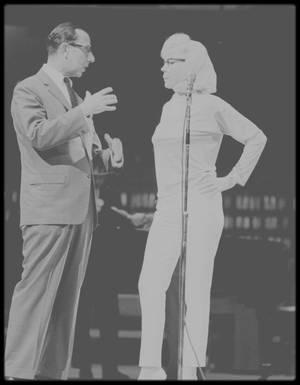 """1962 / Quelques jours avant l'anniversaire du Président John FITZGERALD KENNEDY (célébré le 19 Mai 1962 alors qu'il est né un 29), Marilyn répète au """"Madison Square Garden"""" la célèbre chanson """"Happy birthday Mr President"""" aux côtés entre autres du compositeur Richard ADLER."""