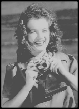 1945 / En hommage à ce jour qu'est le 8 mai, ces photos de Norma Jeane prisent par le photographe David CONOVER.