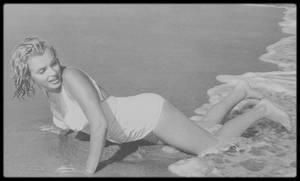 Summer 1957 / (Part IV) Marilyn sur la plage d'Hampton beach, à Amagansett, lors de vacances avec MILLER, sous l'objectif du photographe Sam SHAW.