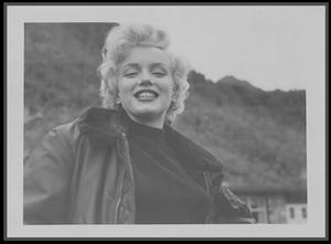 Février 1954 / Marilyn dans ce froid hivernal est accueillie chaleureusement par les G.I.'s basés en Corée, où elle donnera plusieurs concerts dans divers camps pour remonter le moral des soldats.