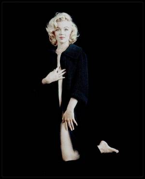 1953 / Beautiful Marilyn by Milton GREENE (nude sitting).