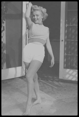"""1953 / (Photos parfois créditées de l'année 1952) Marilyn par Andre DE DIENES au """"Bel Air Hotel""""."""