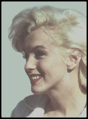"""1958 / Sur le tournage d'une scène du film """"Some like it hot"""" ; Le rôle de Sugar KANE a été fait sur mesure par Billy WILDER pour une Marilyn considérée comme trop tatillonne sur le choix de ses personnages, constamment soucieuse de l'image qu'elle renverrait d'elle au public. Malgré les difficultés rencontrées sur le tournage, elle y apparaît plus resplendissante que jamais. Sachant toujours où et comment placer son regard, ses petits rires, ses attitudes, elle irradie l'écran, faisant à la fois ressortir son côté d'icône sexuelle et de gentille fille vulnérable (on se souvient de son entrée en scène accueillie par un sifflement de train). Billy WILDER déclare à ce sujet : """"Ce que vous aviez réussi à lui arracher en vous accrochant, devenait étourdissant dès que vous le voyiez sur un écran. Etourdissant, tellement les radiations qui émanaient d'elle étaient fortes. Et c'était une excellente actrice pour les dialogues. Elle savait où ménager des pauses pour permettre au public de rire."""" Pour tout cela, la scène la plus marquante du film reste sans aucun doute sa fameuse interprétation de """"I wanna be loved by you"""", que le critique Roger EBERT considère comme """"un strip-tease dans lequel la nudité aurait été superflue."""" En alchimie totale avec la caméra qui la filme, elle se sert de son corps comme d'un langage sexuel alors qu'elle chante innocemment une chanson pleine de naïveté. Marilyn elle même, avec toutes ses contradictions, voici ce qui transparaît derrière le personnage de Sugar KANE."""