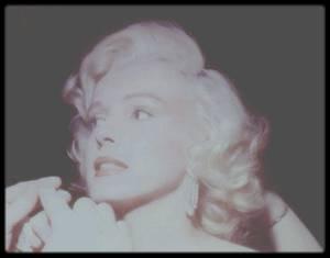 """13 Septembre 1953 / Marilyn participe à sa première émission T.V. dans le """"Jack BENNY Show"""". En Novembre de la même année, Marilyn portera la même tenue lors de la Première du film """"How to marry a millionaire"""", seules les boucles d'oreilles changent."""