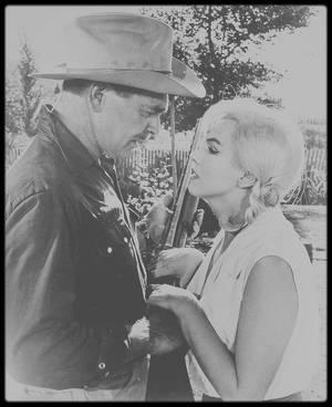 """1960 / Roslyn et Gay sont heureux dans le jardin, scène du film """"The misfits""""."""