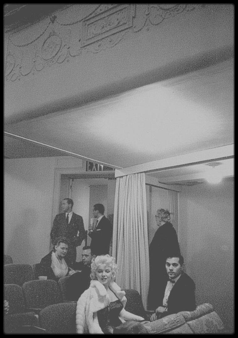 """24 Mars 1955 / C'est accompagnée de Milton GREENE que Marilyn se rend à la Première de la pièce de théâtre de Tennessee WILLIAMS, """"Cat on hot tin roof"""" (""""La chatte sur un toit brûlant"""") dont l'adaptation cinématographique sera réalisée par Richard BROOKS en 1958, avec dans les rôles principaux, Elizabeth TAYLOR et Paul NEWMAN."""
