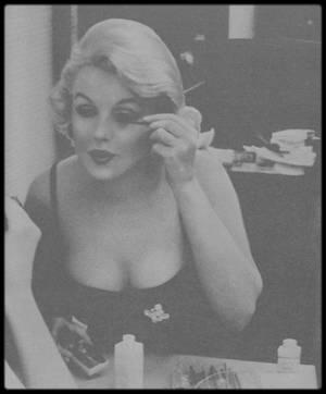 "Mars 1959 / Marilyn arrive à Chicago afin de promouvoir la sortie du film ""Some like it hot""."