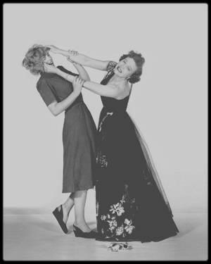 """1952 / Quand Marilyn joue les baby-sitters névrosés dans le film """"Don't bother to knock"""" ; Lyn (un personnage secondaire du film) est jouée par Anne BANCROFT (inoubliable Mrs. ROBINSON du """"Lauréat"""") : il s'agit du tout premier rôle de l'actrice. Quant à Marilyn MONROE, le rôle de jeune femme dérangée qu'elle joue dans """"Troublez-moi ce soir"""" n'est pas sa première apparition à l'écran (elle a déjà 17 films derrière elle), mais c'est la première fois qu'elle se trouve en tête d'affiche."""