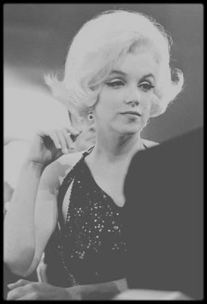 5 Mars 1962 / Marilyn aux côtés de son nouvel amant du moment Jose BOLANOS, un acteur mexicain, se voit remettre un Golden Globe des mains de Rock HUDSON ainsi que de Charlton HESTON.