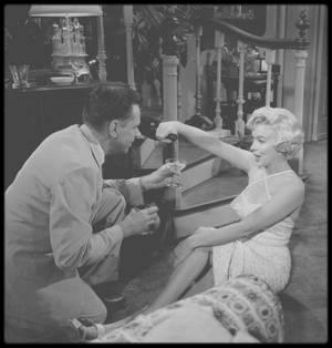 """1954 / Marilyn et Tom EWELL lors du tournage d'une scène du film """"The seven year itch"""" sous la direction de Billy WILDER."""