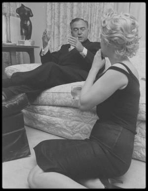 """22 Mai 1958 / (Part IV) Le couple MILLER reçoit le producteur Kermit BLOOMGARDEN, le photographe Robert W KELLEY et les journalistes du magazine """"Life"""" pour un reportage photos, dans leur appartement new-yorkais."""