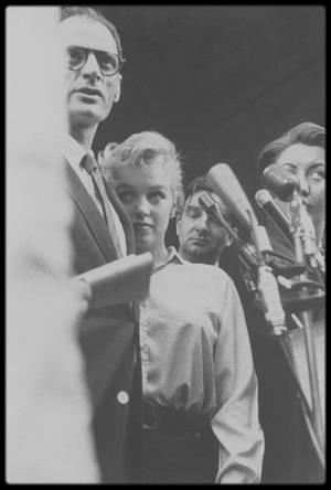 22 Juin 1956 / (Part III) A 16 heures 30 ce jour là, Marilyn convoqua une conférence de presse en bas de son immeuble.  Elle apparut main dans la main avec Arthur, devant le hall de Sutton Place... L'annonce de leur mariage à la presse était lancée !