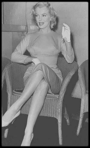 """14 Juillet 1956 / Quand le couple MILLER arrive à l'aéroport de Londres, où une conférence de presse au sein même de l'aéroport les attend, ainsi que Vivien LEIGH et son mari Laurence OLIVIER, avec qui Marilyn partagera la vedette dans le film """"The Prince and the showgirl""""."""