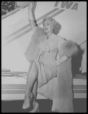 """8 Septembre 1954 / Marilyn arrive à New-York pour débuter les extérieurs du tournage du film """"The seven year itch"""" ; elle logera au """"St Regis Hotel""""."""