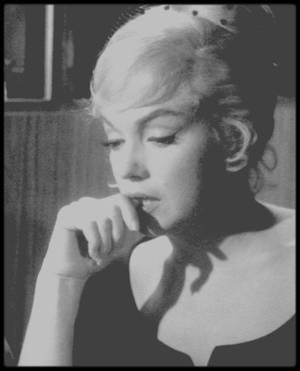 """1960 / Marilyn et Thelma RITTER lors du tournage d'une scène dans un casino de Reno, pour le film """"The misfits""""."""