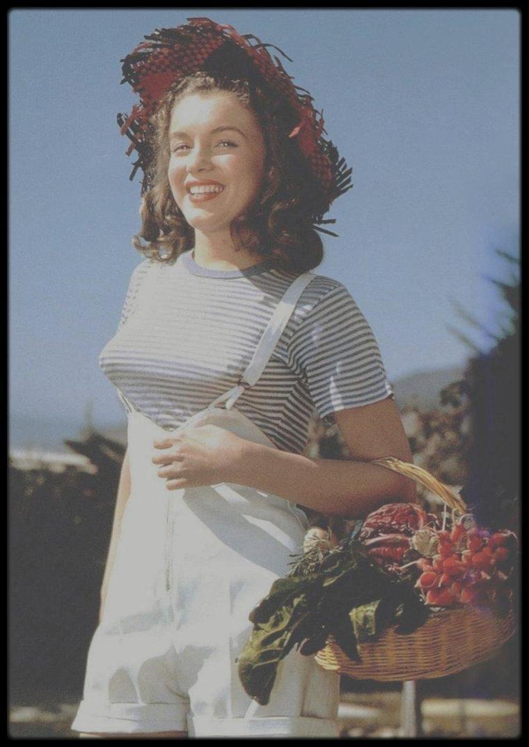 1945 / Côté potager avec Norma Jeane vue par le photographe Potter HUETH.