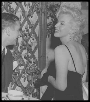 """9 Février 1956 / Marilyn aux côtés de Laurence OLIVIER et de Terence RATTIGAN, annoncent aux journalistes le début du tournage de """"The Prince and the showgirl"""", au Terrace room du """"Plaza Hotel"""" de Londres."""